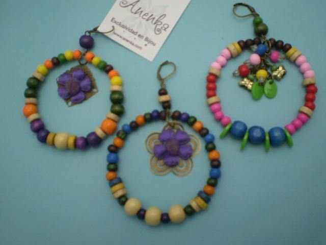 Aros artesanales con maderitas de colores