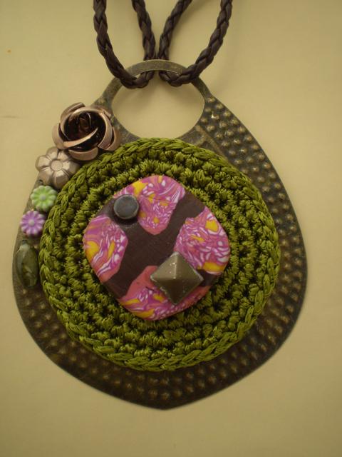 Colgante artesanal en bronce con detalles de crochet y fimo.