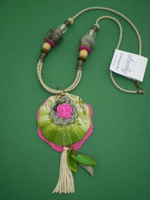 Collar en cuero con medallon y crochet