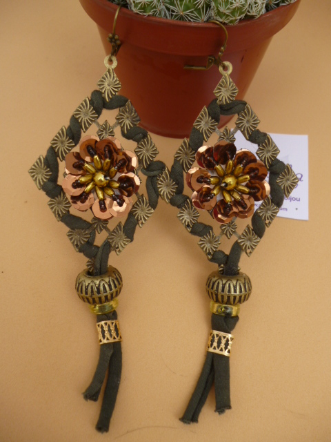 Aros de filigranas adornados con totora y lentejuelas.