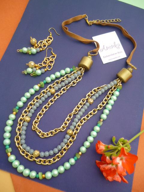 Collar corto en dorado con cadenas y perlas