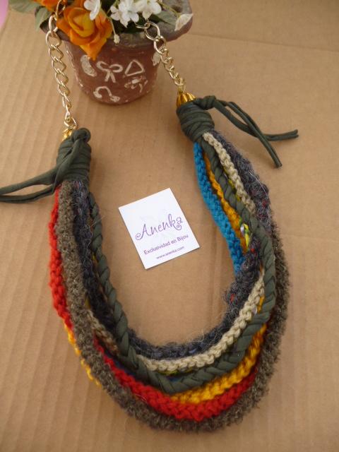 Collar artesanal con cordones sueltos
