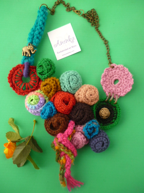 Collar artesanal, tipo babero realizado al crochet