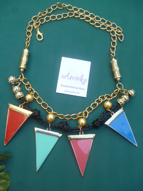 Collar corto con triangulitos esmaltados
