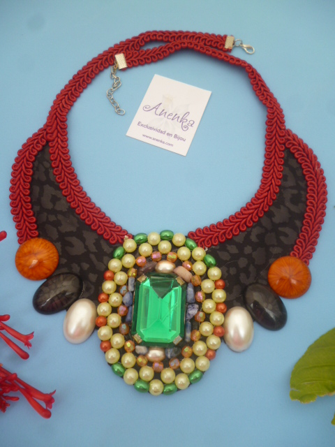 Precioso collar con gema verde