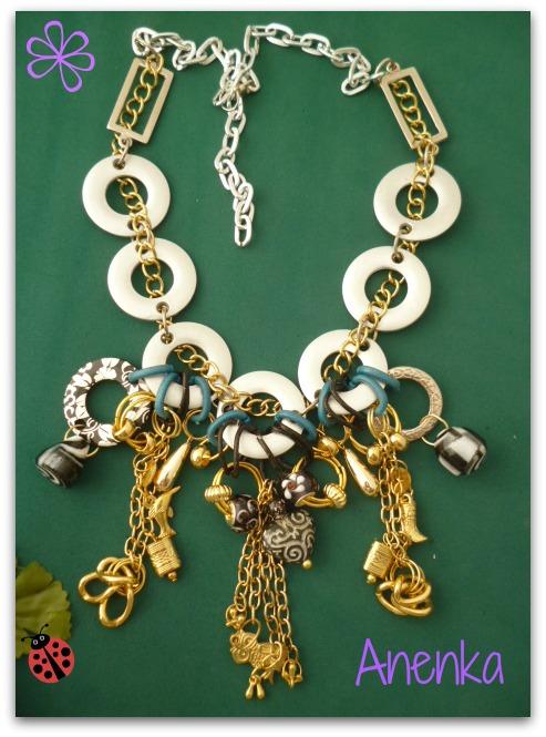 Collar de argollas plateadas con adornos en dorado.