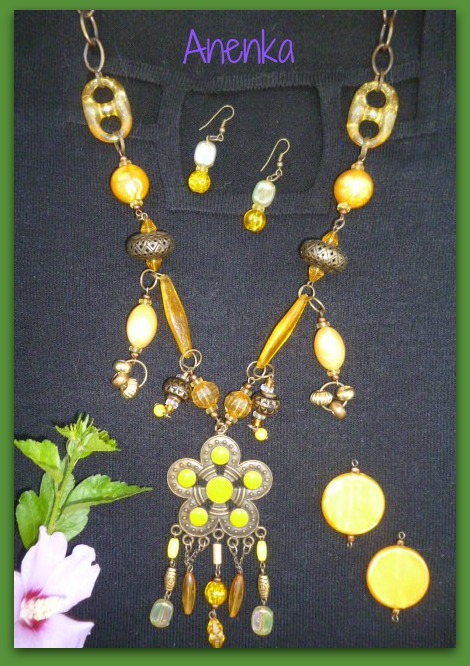 Collar en el amarillo de moda